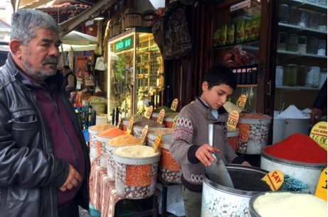 FOTO Bašar radi u prodavnici začina i ne pohađa školu, baš kao stotine hiljada druge dece iz Sirije u Turskoj. ABC: LAUREN WILLIAMS